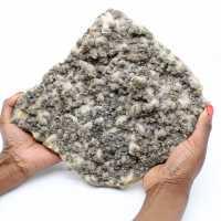 Grande laje de quartzo com cristais de pirita e esfalerita (blenda)